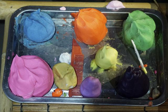 Các loạt bột nhiều màu sắc và những dụng cụ đơn giản để tạo ra những con giống bột hấp dẫn trẻ nhỏ. Những con