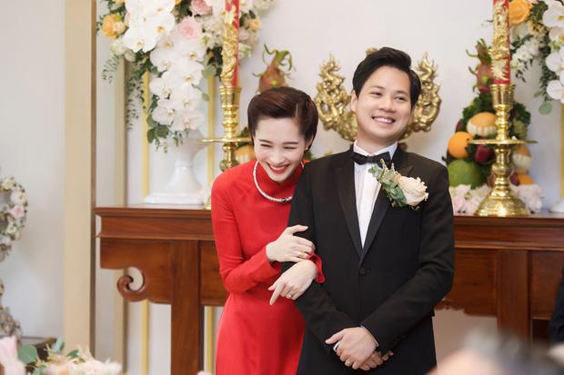Nụ cười hạnh phúc trong ngày trọng đại của cặp đôi trai tài gái sắc.