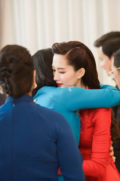 Đám cưới hoa hậu Đặng Thu Thảo: Cô dâu rơm rớm nước mắt hạnh phúc bên chồng