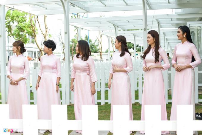 Dàn phù dâu của Thu Thảo, trong đó có Hoa hậu Ngọc Hân, mặc áo dài hồng nhã nhặn. Kiểu dáng trang phục cũng được thiết kế đơn giản như áo dài cưới của cô dâu. (Ảnh: Zing)