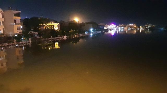 Người dân kéo nhau đi kiểm tra mức nước dâng tại cuối đường Biên Hòa.