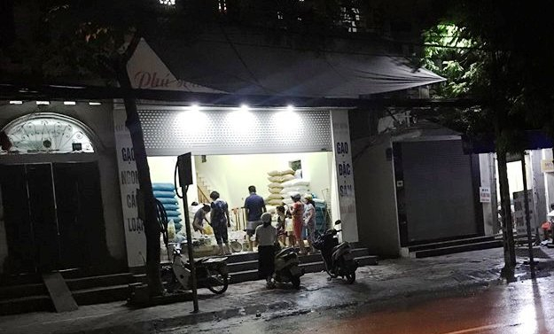 Nửa đêm, hàng gạo vẫn tấp nập khách mua. Một người dân cho biết muốn mua mì tôm tích trữ cho những ngày ngập lụt nhưng đã cháy hàng.