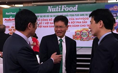 Các đối tác trao đổi về xuất khẩu sữa.