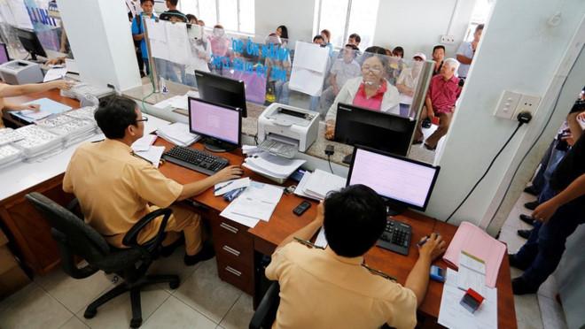 Từ ngày 16/3/2018 đến hết 31/12/2019, người dân có thể khai, nộp lệ phí trước bạ qua mạng Internet với ô tô, xe máy - Ảnh: VnEconomy