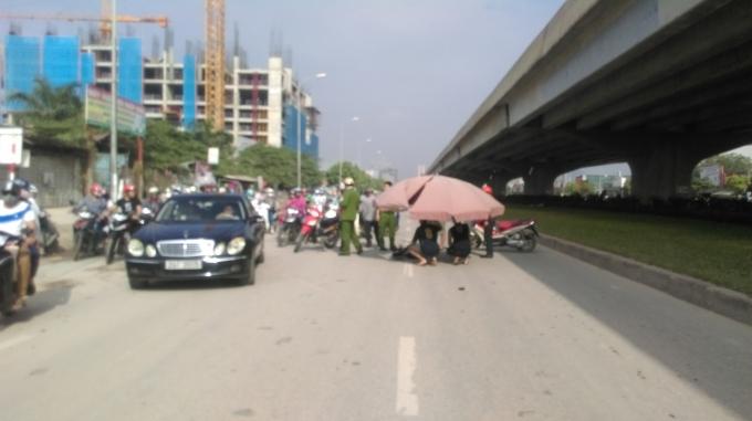 Vụ tai nạn khiến đường Nguyễn Xiển ùn tắc cục bộ.