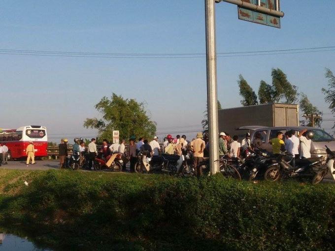 Rất nhiều người dân hiếu kỳ đứng xem vụ tai nạn, khiến cho quốc lộ 10 ùn tác nghiêm trọng