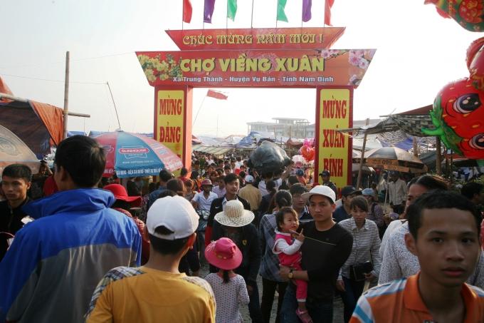 """Đường vào Chợ Viềng đông nghẹt người dù chưa đến giờ """"mở chợ""""."""