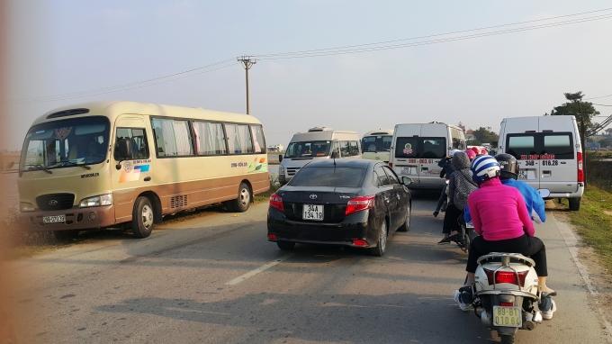 Vì sợ không có chỗ để xe bên trong chợ Viềng nên nhiều du khách chấp nhận gửi ô tô từ xa và cuốc bộ vào.