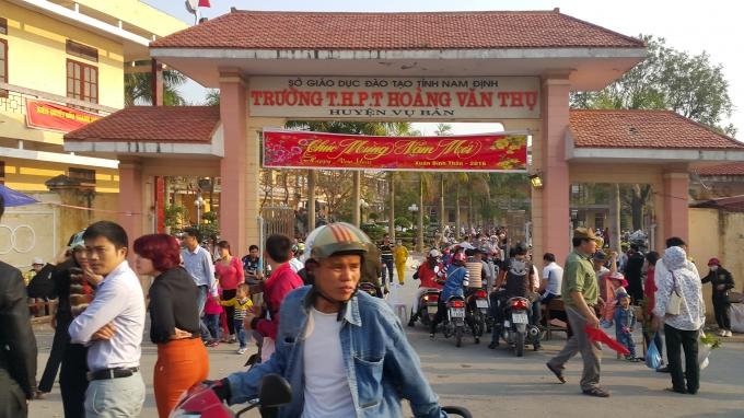 """Trường THPT Hoàng Văn Thụ, huyện Vụ Bản cũng được """"trưng dụng"""" để làm bãi gửi xe."""