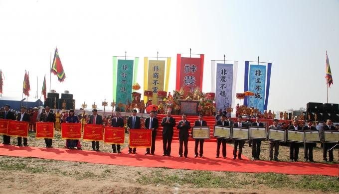 Ông Mai Tiến Dũng, Bí thư Tỉnh ủy Hà Nam và ông Nguyễn Xuân Đông Chủ tịch UBND tỉnh Hà Nam đã lên trao bằng công nhận đạt chuẩn nông thôn mới cho 15 xã của tỉnh Hà Nam.