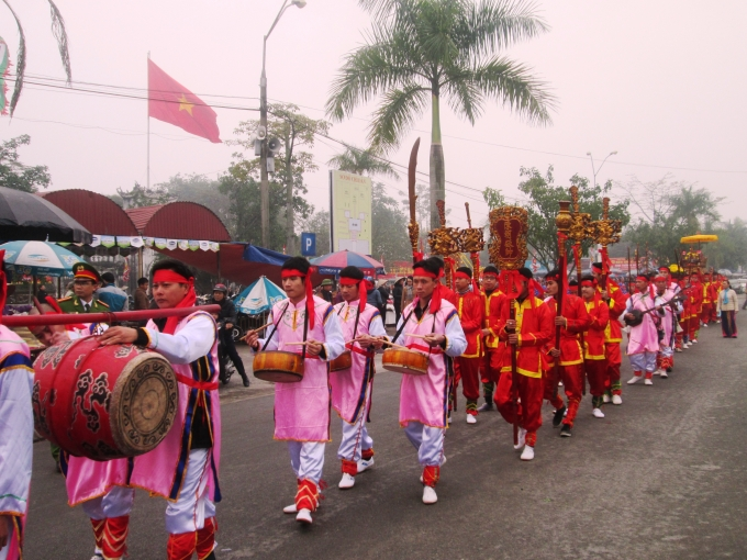 Đoàn rước kiệu Ngọc Lộ rước chân nhang từ chùa Phổ Minh quay về Đền Trần.