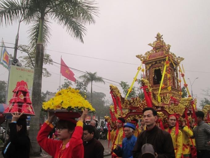 Các sư thầy tụng kinh làm lễ rước Kiệu Ngọc Lộ.
