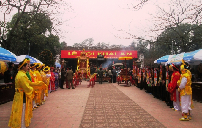 Chân nhang đã được rước về đền Thiên Trường.