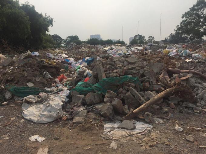 Đủ loại rác thải được tập kết ở đồng Sét (Tân Triều)