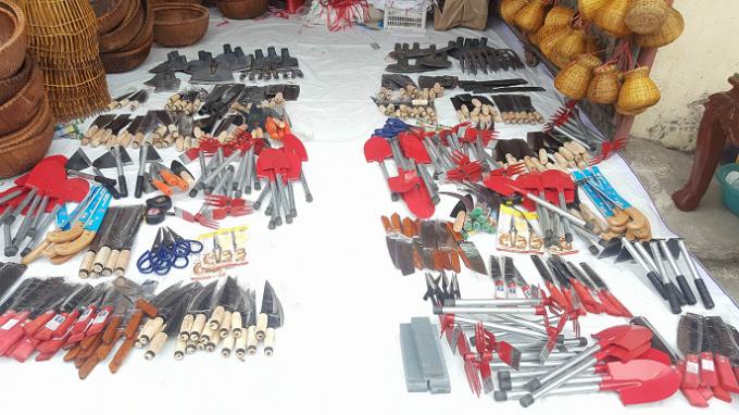 Những mặt hàng nông sản, gia dụng đơn giản được bày bán dọc hai bên đường tại Hội chợ.