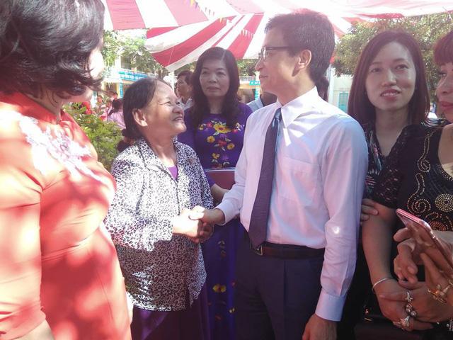 Phó Thủ tướng ân cần hỏi han các phụ huynh học sinh của trường