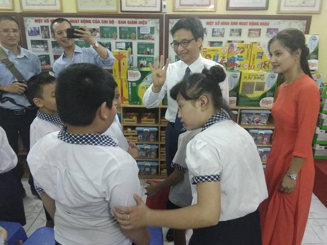Phó Thủ tướng Vũ Đức Đam cùng học sinh hát vang bài quốc ca ngày khai giảng