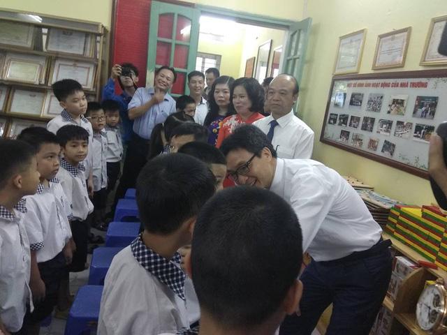 Phó Thủ tướng tặng quà trung thu cho một số trẻ em khuyết tật đang học hòa nhập.