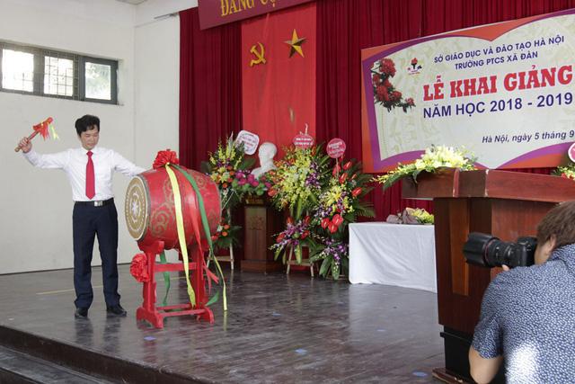 Thầy hiệu trưởng Phạm Văn Hoan đánh trống khai giảng năm học mới.