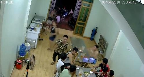 Thanh niên áo vằn lao sang bàn bên đánh người mặc áo phông đen trắng