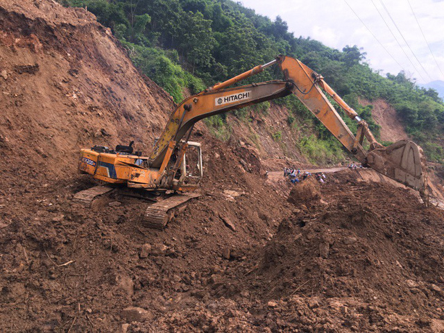 Quốc lộ 15C bị tàn phá tan hoang sau mưa lũ