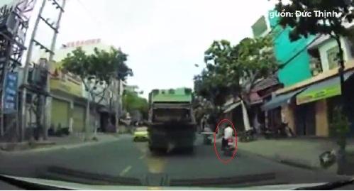 Mải mê dùng điện thoại khi điều khiển xe máy...