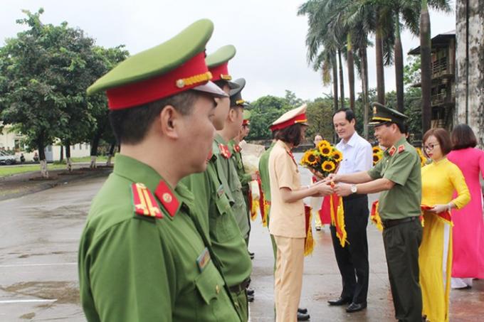Thiếu tướng Đoàn Ngọc Hùng đánh trống khai mạc và cùng ông Đỗ Mạnh Tuấn, Chủ tịch UBND quận Bắc Từ Liêm tặng hoa đại diện các đội tham dự hội khỏe