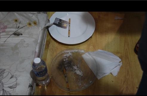 Dụng cụ sử dụng và ma túy được các đối tượng để vương vãi trên sàn nhà.