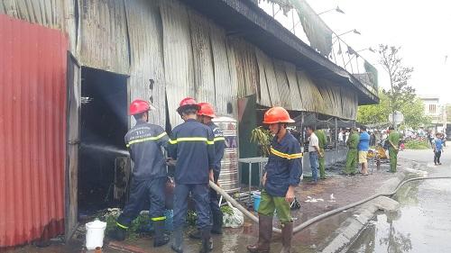 Lực lượng cứu hỏa đang tích cực phun nước để khống chế ngọn lửa.