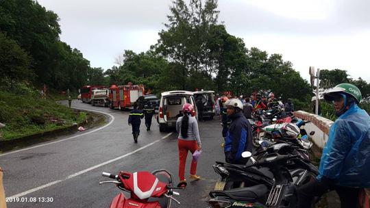 Hàng chục phương tiện cấp cứu túc trực để đưa các nạn nhân vào bệnh viện.