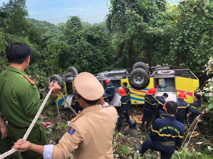 Lực lượng cứu hộ có mặt, đang tích cực cứu giúp các nạn nhân.