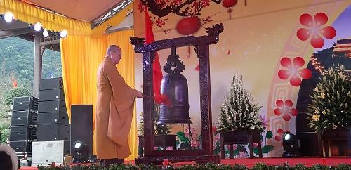 Hòa Thượng Thích Thanh Nhiễu gõ chuông khai hội.