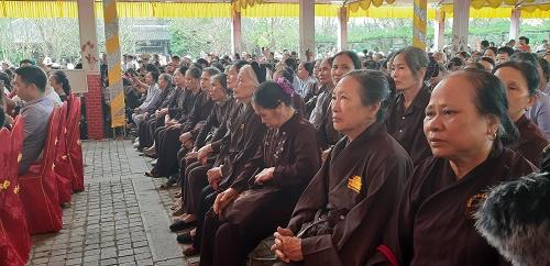 ...và các chư vị tăng ni phật tử thành tâm hướng về Phật pháp.