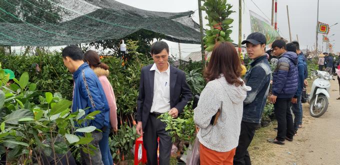 Từ rất sớm, du khách đã đến chợ mua cho mình một mặt hàng lấy may