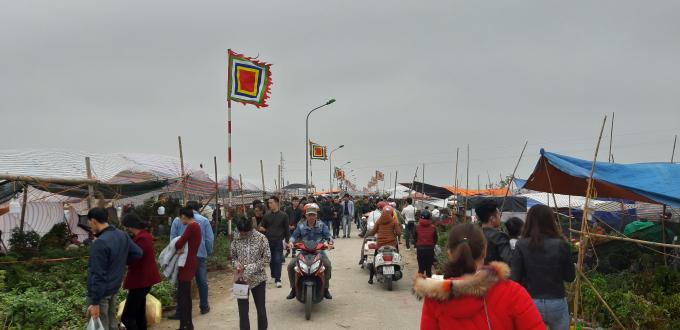 Lượng du khách cứ tăng dần khi sát giờ khai Chợ
