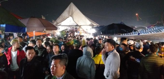 Cảnh tấp nập trong lễ hội chợ Viềng.