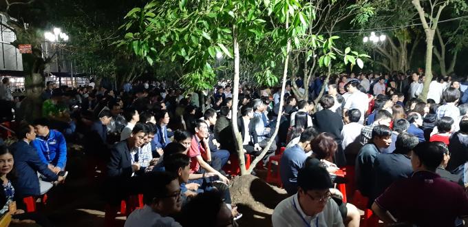 Các đại biểu ngồi la liệt ngay phía trong cổng đền Trần.