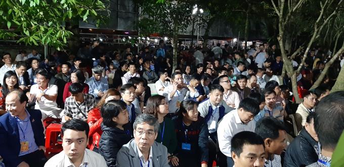 Cảnh ngồi la liệt của các vị đại biểu, khách mời sẽ làm cho buổi lễ bên trong đền có phần trang nghiêm khi buổi Lễ được bắt đầu.