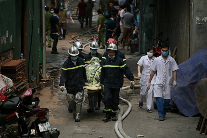 Đội cứu hộ đưa nạn nhân ra khỏi đám cháy