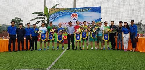 Đại diện của 8 đội bóng nhận cờ và hoa từ BTC