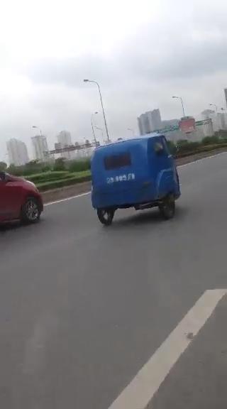 Xe chế trên đường Đại lộ Thăng Long - Trần Duy Hưng