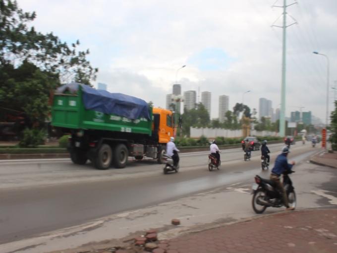 Xe tải ngang nhiên hoạt động tại khu vực ngã tư Trung Văn - Tố Hữu