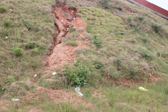 Vết nứt dài khoảng 2-3m, rộng khoảng 30-35cm.