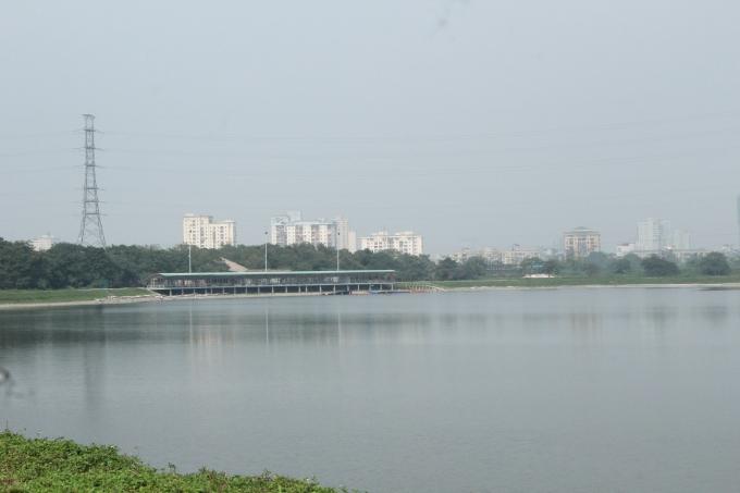 Sân tập golf quan sát từ bên kia bờ hồ.