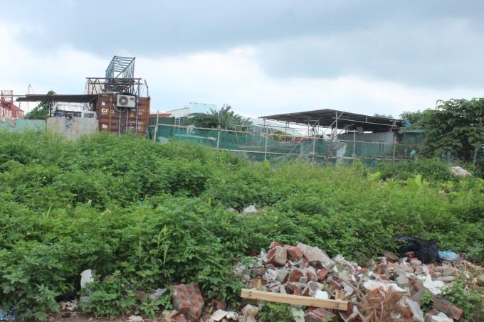 Công trình mái tôn ngay trong đất dự án bên ngoài là phế thải vật liệu xây dựng.