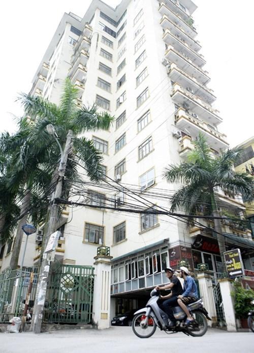 45 hộ dân sống tại tòa nhà Sông Đà nhiều năm nay làm đơn kiến nghị lên chủ đầu tư yêu cầu làm sổ đỏ nhưng bị từ chối.Ảnh: Như Ý
