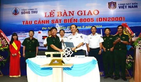 Đại diện Tổng công ty Sông Thu và Bộ tư lệnh CSB Việt Nam ký biên bản bàn giao. Ảnh QĐND
