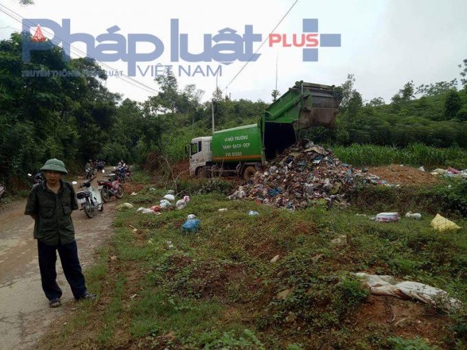 Xe rác đổ ngay lề đường không cần vào bãi rác.