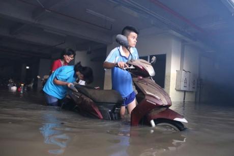 Nước ngập sâu tại hầm giữ xe dãy nhà AH, KTX ĐH Quốc gia TP.HCM