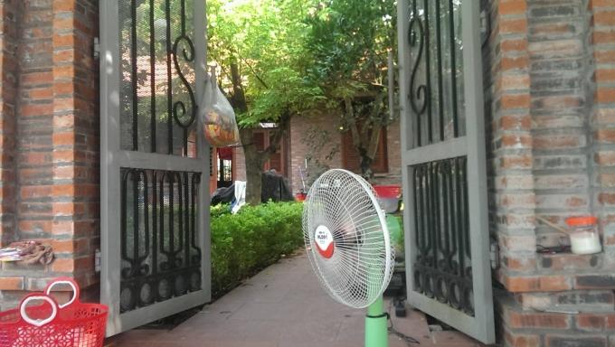 Ngôi nhà này chỉ đề mở cửa bán nước và hàng ăn sáng bên ngoài.